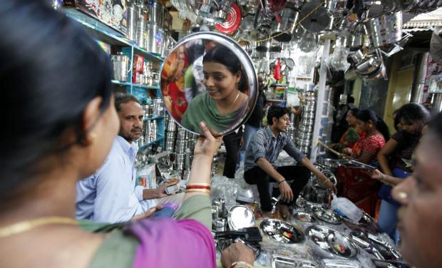 DHANTERAS: ऑनलाइन शॉपिंग पर भारी पड़ा ऑफलाइन बाजार