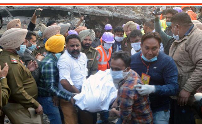 लुधियानाः फैक्ट्री में आग लगने से ढही इमारत, फायर ब्रिगेड कर्मियों सहित 20 लोग दबे