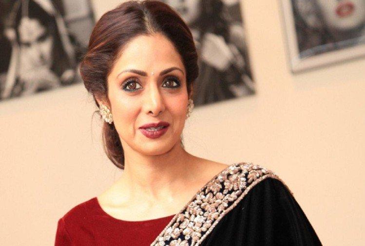 बॉलिवुड अभिनेत्री श्रीदेवी का दुबई में निधन, अंतिम दर्शन को आवास पर जुटे फैंस