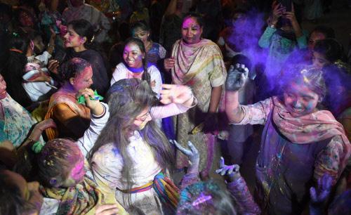 पाकिस्तान में मनाया गया होली का जश्न, मुस्लिम समुदाय के लोग भी हुए शामिल