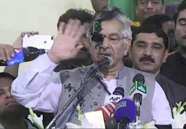 पाकिस्तान: विदेश मंत्री ख्वाजा आसिफ के चेहरे पर फेंकी गई स्याही, मुंह धोकर कही ये बात