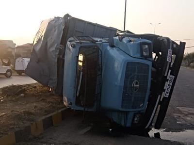 श्रीनगर: CRPF की गाड़ी पलटने से 20 जवान घायल, पत्थरबाजी पर लगा प्रश्नचिन्ह