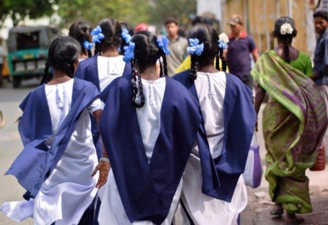 शौचालय में सेनेटरी पैड मिलने से स्कूल में उतरवाए गए छात्राओं के कपड़े