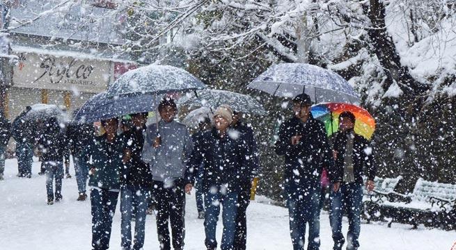 बर्फ से ढ़की हिमाचल की वादियां, मौसम ने मोड़ा फिजाओं का रूख