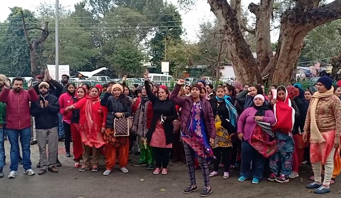 नर्सिंग एसोसिएशन का धरना जारी, बारिश में भी नही थमा विरोध