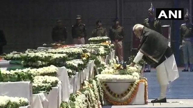 पुलवामा हमला: PM मोदी ने 40 शहीदों को परिक्रमा कर श्रद्धांजलि दी