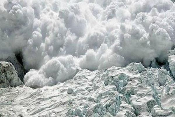 हिमाचल प्रदेश: बर्फीले तूफान ने मचाया कहर, उड़ीं दो घरों की छतें