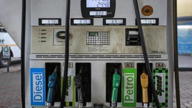 सरकार के फैसले का असर शुरू, पेट्रोल-डीजल के दाम 2 रुपये 50 पैसे बढे