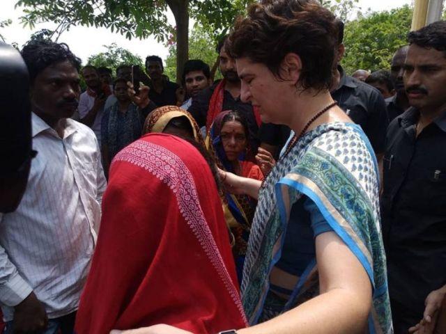 सोनभद्र नरसंहार: प्रियंका गांधी की पीड़ितों से मुलाकात, समर्थकों के साथ एक बार फिर धरने पर प्रियंका