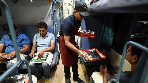 Indian Railways: अब ट्रेन में चाय व खाने के लिए चुकाने होंगे ज्यादा पैसे, जानें कितने लगेंगे चार्ज