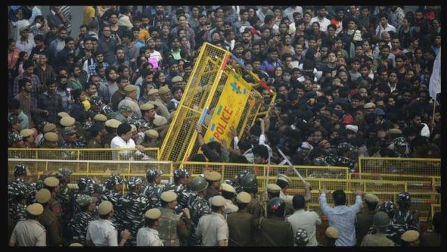 जेएनयू में हॉस्टल और मेस फीस बढ़ाने के विरोध में छात्रों का संसद मार्च, पुलिस ने रोका