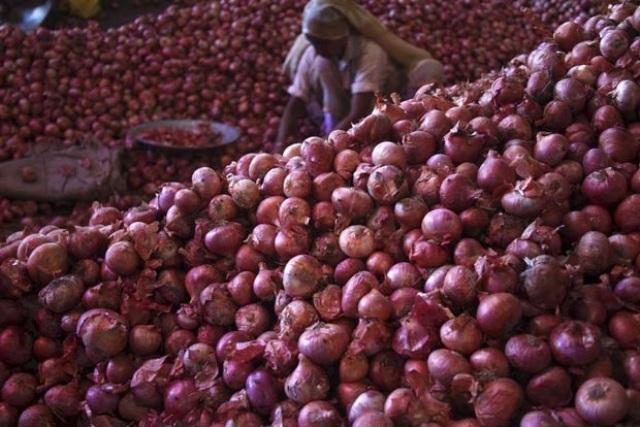 बांग्लादेश में 220 रुपये किलो हुआ प्याज, हसीना ने बंद किया खाना