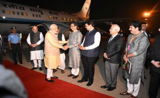 CM उद्धव की PM मोदी से पहली मुलाकात, एयरपोर्ट पर स्वांगत के लिए पहुंचे