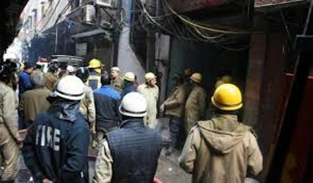 दिल्ली आग हादसा: केजरीवाल ने किया मुआवजा देने का एलान और7 दिन में मांगी रिपोर्ट