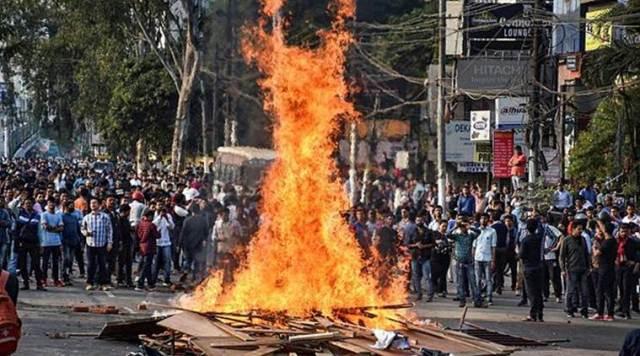 CAB को लेकर पूर्वोत्तर के राज्यों में विरोध जारी, आज असम में कर्फ्यू में 7 घंटे की ढील दी गई