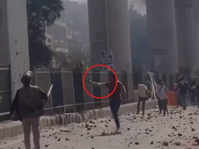 CAA Protest: सीलमपुर में पुलिसवाले के सामने युवक ने चलाईं 8 गोलियां, मौजपुर में हेड कांस्टेबल की मौत