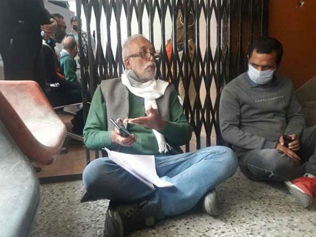विधायक राकेश सिंघा का उपायुक्त कार्यालय  में SDM दफ्तर के बाहर धरना 24 घंटे से जारी