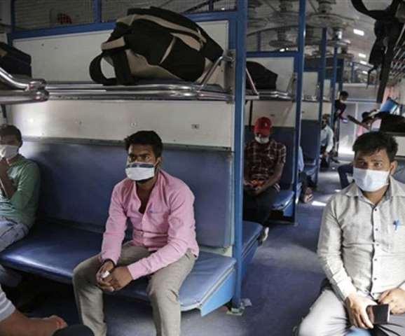 रेलवे प्रवासी मजदूरों को नहीं बेच रहा टिकट, प्रवासियों को फ्री भोजन और बोतलबंद पानी दिया जा रहा
