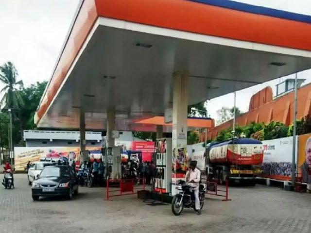 शराब के बाद अब दिल्ली में पेट्रोल-डीजल हुआ महंगा, केजरीवाल सरकार ने बढ़ाया वैट