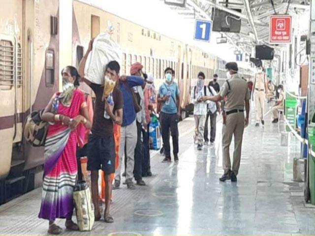 बंगाल के मुख्य सचिव ने रेलवे बोर्ड के अध्यक्ष को लिखा पत्र,कहा- 26 मई तक न भेजें श्रमिक स्पेशल ट्रेन
