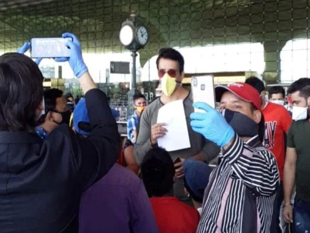 बस और ट्रेन के बाद अब फ्लाइट से 170 से अधिक प्रवासी मजदूरों को सोनू सूद ने भेजा घर
