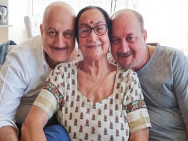 बच्चन परिवार के बाद अनुपम खेर के घर में कोरोना ने दी दस्तक, मां और भाई समेत 4 लोग पाए गए पॉजिटिव