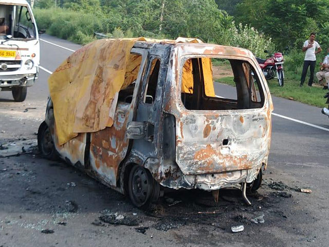 Fatehabad में टाटा एस और वैगनआर की टक्कर के बाद कार में लगी आग, चालक जिंदा जला