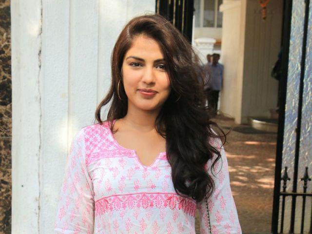 रिया चक्रवर्ती ने सुप्रीम कोर्ट में दी अर्जी, सुशांत सुसाइड केस की जांच  मुंबई में ट्रांसफर करने की