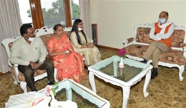 CM जयराम ठाकुर से की IAS परीक्षा में 87वां रैंक पाने वाली मुस्कान जिंदल ने मुलाकात