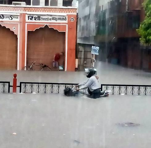 जयपुर: भारी बारिश के कारण फंसी विधायकों की बसें, दोपहर तक स्थगित की गई कार्यवाही