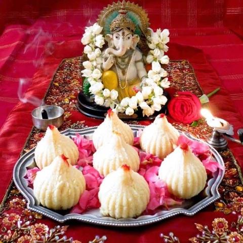 Ganesh Chaturthi पर हर दस दिन चढ़ाएं गणपति जी को अलग-अलग प्रसाद, जानें क्या  हैं उनके 10 प्रिय भोग
