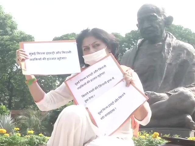 संसद परिसर में धरने पर बैठीं रूपा गांगुली, मुंबई फिल्म इंडस्ट्री पर लगाए ये गंभीर आरोप