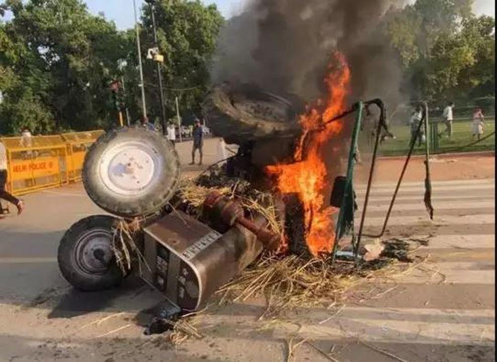 कृषि बिलों पर बवाल, दिल्ली में राजपथ पर प्रदर्शनकारियों ने लगाई ट्रैक्टर में आग