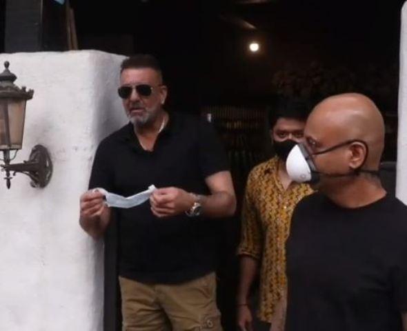 दुबई से लौटने के बाद सैलून के बाहर स्पॉट हुए संजय दत्त, मीडिया से बोले- जल्द ही कैंसर को हरा दूंगा