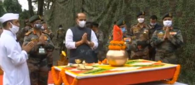 राजनाथ सिंह ने की शस्त्र पूजा, बोले- हमारी जमीन का एक इंच हिस्सा भी किसी को लेने नहीं देगी सेना