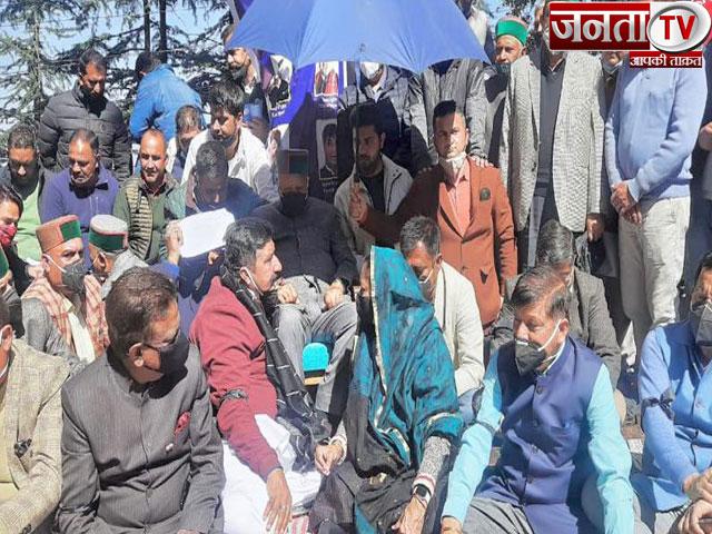 हिमाचल विधानसभा में सत्ता पक्ष और विपक्ष के बीच गतिरोध जारी, धरने पर पहुंचे पूर्व CM वीरभद्र सिंह