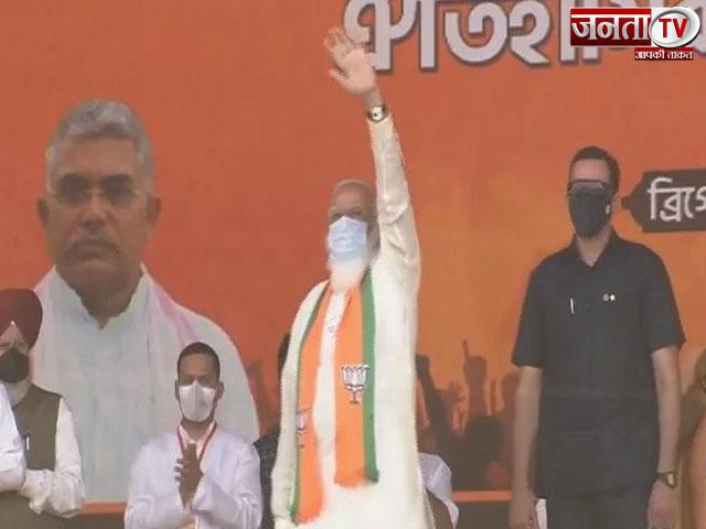 पश्चिम बंगाल के ब्रिगेड मैदान में ममता बनर्जी पर बरसे PM मोदी,  जानें रैली की बड़ी बातें