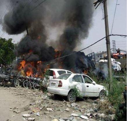 लुधियाना में हुआ हादसा,बस की टक्कर के बाद खंभे से भिड़ी ट्रॉली, स्पार्किंग से पराली में लगी भीषण आग