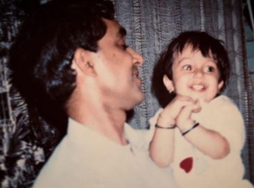 फोटो में अपने पापा के पास बैठी इस स्वीट गर्ल ने बॉलीवुड में खूब कमाया है नाम, जानें