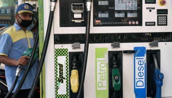 Today Petrol Diesel Price: तेल कंपनियों ने जारी किए पेट्रोल-डीजल के दाम, यहां देखें नई कीमतें