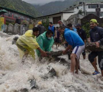 हिमाचल प्रदेश  में भारी बारिश के चलते लैंडस्लाइड,10 लोग लापता, 4 NH बंद