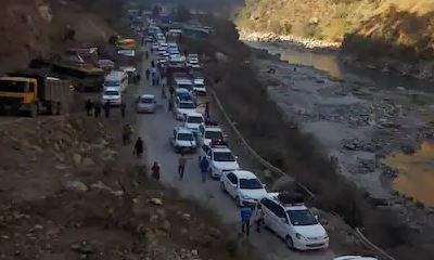 हिमाचल प्रदेश: मनाली नेशनल हाई-वे पर लैंडस्लाइड, वाहनों की लगी लंबी कतार