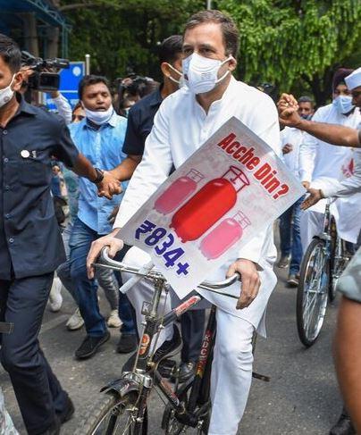 Rahul Gandhi नेताओं से बोले- आवाज जितनी एकजुट होगी उतनी ही मजबूत होगी, साइकिल से पहुंचे संसद