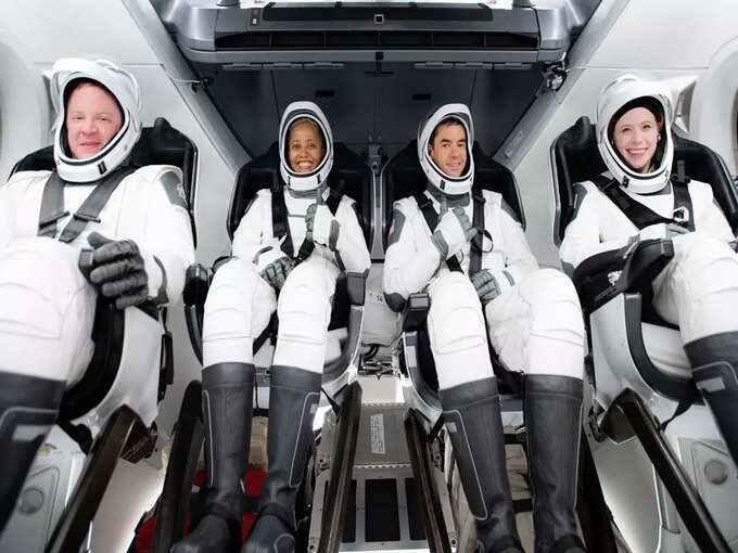 स्पेसएक्स ने रचा इतिहास: 4 आम लोगों को अंतरिक्ष में भेजा, 3 दिन तक पृथ्वी की कक्षा में रहेंगे