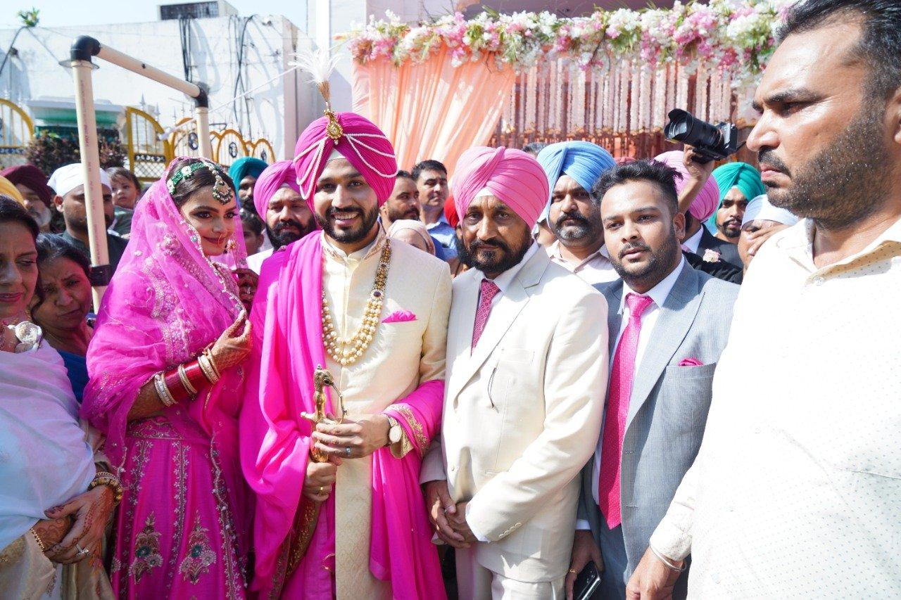Punjab CM Charanjit Singh Channi: बेटे की शादी की तस्वीरें शेयर, सादे अंदाज में हुई शादी