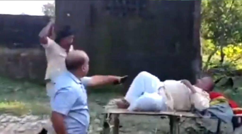 Bihar Panchayat Chunaw: सिवान में मुखिया प्रत्याशी की पुलिस ने की जमकर पिटाई, देखें वीडियो