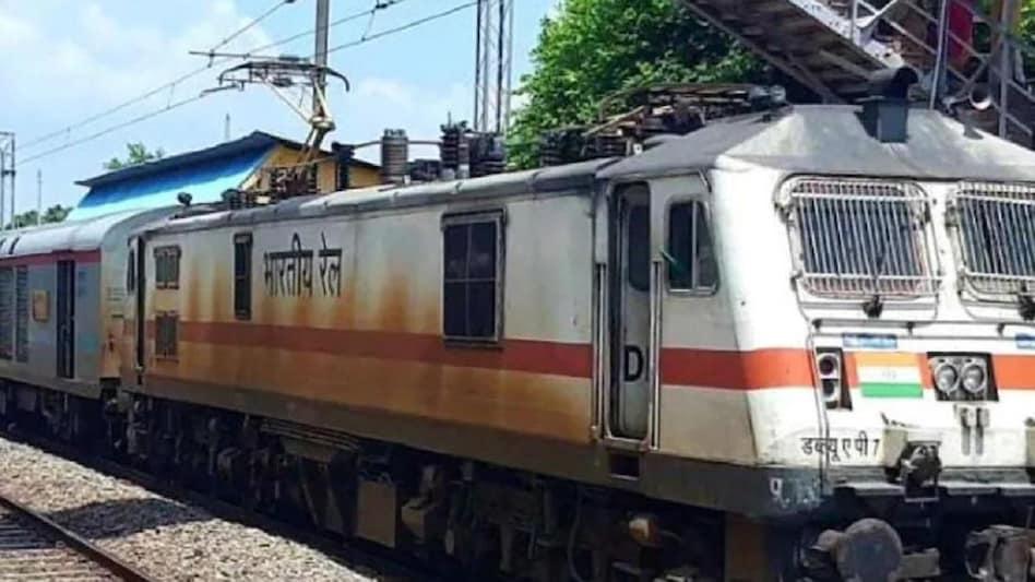 Chhatisgarh: रायपुर रेलवे स्टेशन पर खड़ी एक ट्रेन में धमाका, 6 CRPF  जवान घायल, एक की हालत गंभीर