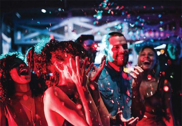 Rave Party क्या है, कब हुई इसकी शुरुआत, जानिए इस पार्टी में क्या-क्या होता है