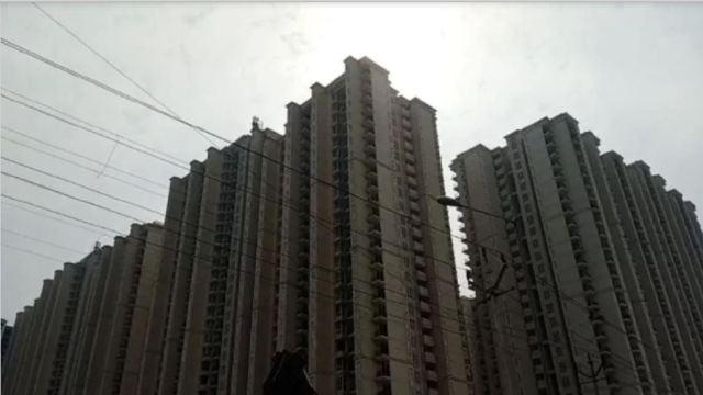Ghaziabad: खेलते-खेलते सोसायटी की 25वीं मंजिल से गिरे दो जुड़वा बच्चे, मौके पर हुई मौत
