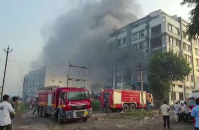 Gujarat: सूरत की एक पैकेजिंग कंपनी में लगी भीषण आग, 125 लोगों को किया गया रेस्क्यू, 2 की मौत
